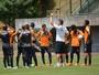 Com treino fechado, Mancini comanda trabalho de bola parada em Pituaçu
