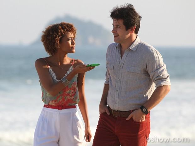 Jornalista faz perguntas pessoais a Jonas (Foto: Carol Caminha/TV Globo)