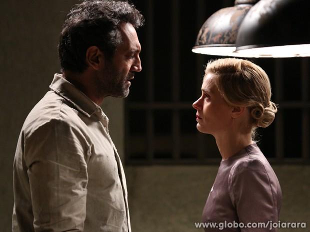 Iolanda vai visitar Mundo na prisão, mas leva fora do amado (Foto: Joia Rara/ TV Globo)