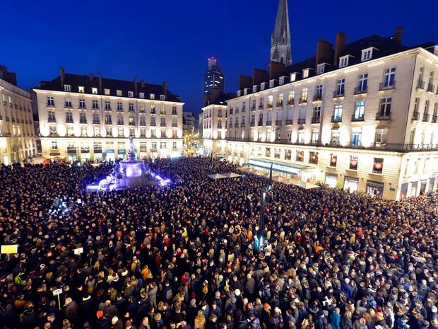 Pessoas se reúnem na Praça Royale em Nantes, na França, em solidariedade às vítimas do ataque por desconhecidos armados à redação da revista Charlie Hebdo, onde 12 pessoas foram mortas (Foto: Georges Gobet/AFP)