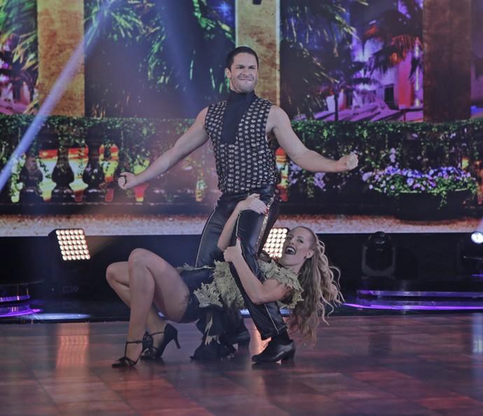 Rainer mostra irreverência na salsa (Foto: Gshow/Artur Meninea)