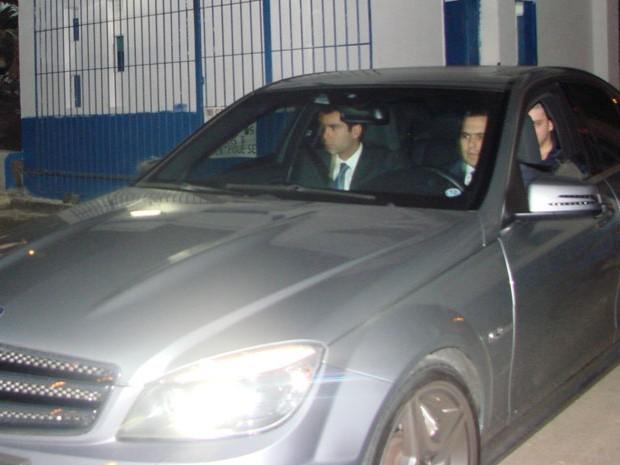 Alex Siwek, no banco traseiro do carro, deixa a P2 de Tremembé acompanhado dos advogados na noite desta quinta-feira (21) (Foto: Suellen Fernandes/G1)