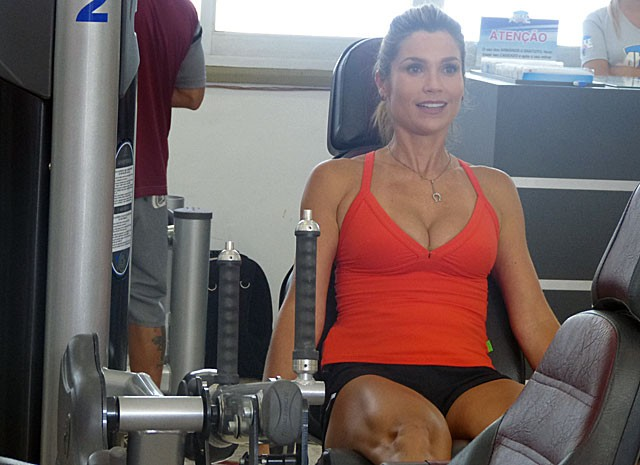 Suando a camisa! Flávia pega pesado durante gravação (Foto: Salve Jorge/TV Globo)