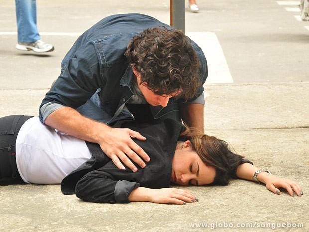 Bento se assusta ao ver Malu no chão (Foto: Jacson Vogel / TV Globo)