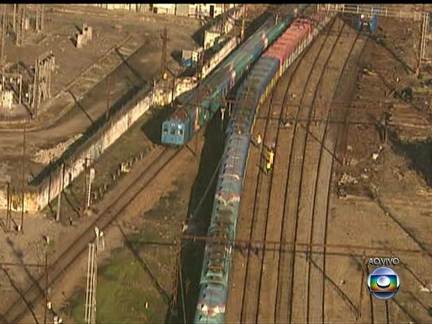 Trem descarrila no Rio (Foto: Reprodução GloboNews)