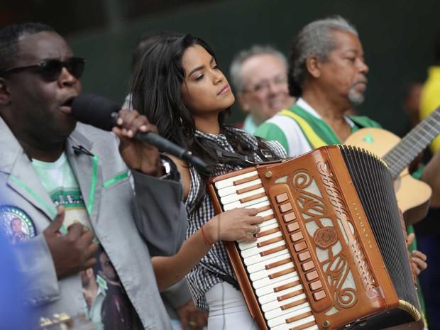 Lucy vai tocar sanfona no carro de som da Imperatriz ao lado do intérprete Marquinhos Art'Samba (Foto: Rodrigo Gorosito/ G1)