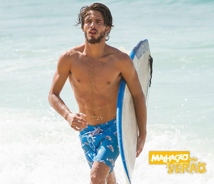 Brenno Leone surfa e fala sobre hobbie no especial 'Malhação Verão' (Foto: Fabiano Bataglin/Gshow)