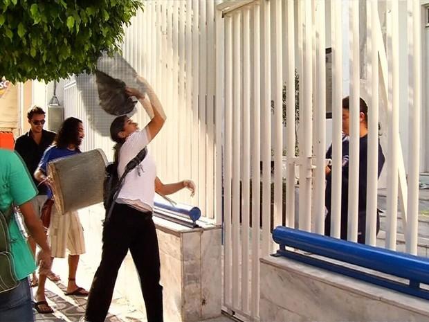 Grupo lixo sobre a grade da Câmara de Juazeiro, que estava fechada (Foto: PJ Lopes)