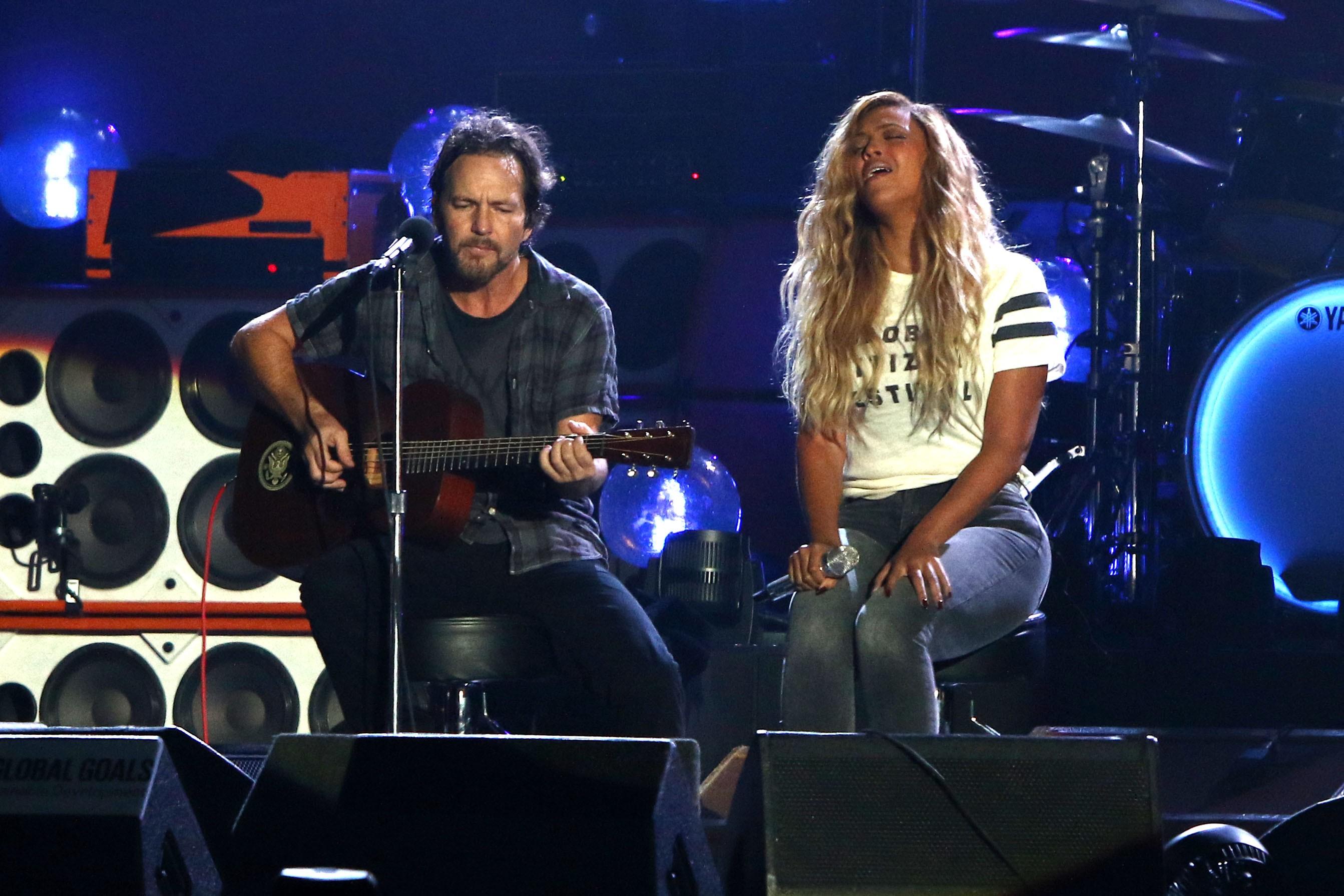 Eddie Vedder e Beyonc, no show beneficente em que 'Redemption Song' foi gravada (Foto: Greg Allen/Invision/AP)
