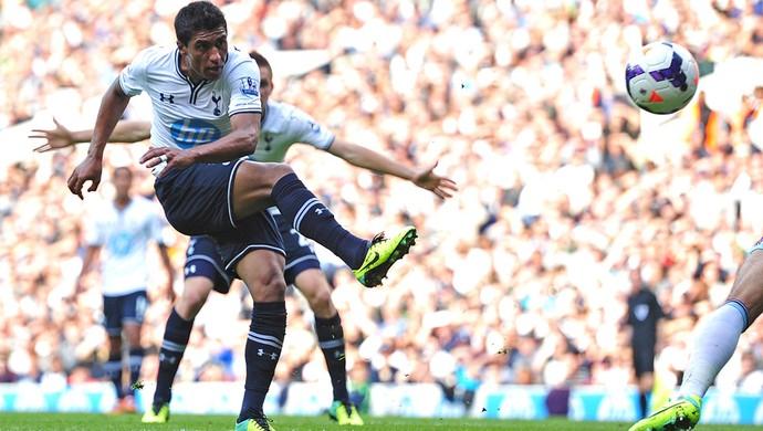 Paulinho Tottenham e West Ham (Foto: Agência AFP)