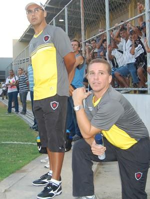 Fábio Farias (direito) recebeu o comunicado sobre as condições do gramado do árbitro reserva (Foto: Lucas Barros / Globoesporte.com/pb)