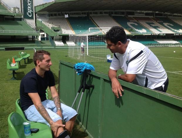 Ainda em recuperação, Bottinelli conversa com Marquinhos Santos no treino do Coritiba (Foto: Divulgação / Site oficial do Coritiba)