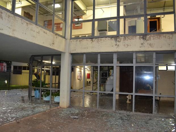 Os assaltantes destruiram boa parte do Fórum (Foto: Reprodução/TV Integração)