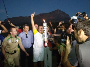 Piloto comemora após voo livre (Foto: Zana Ferreira/ GE)