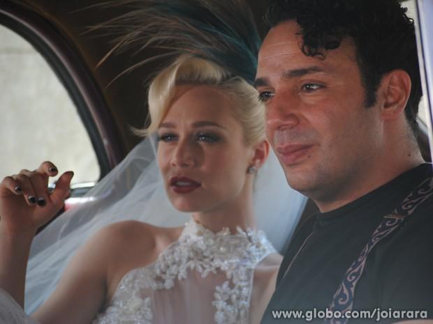 Aurora cai na armação de Joel e Cléo e entra no carro conduzido pela moça (Foto: Joia Rara/TV Globo)