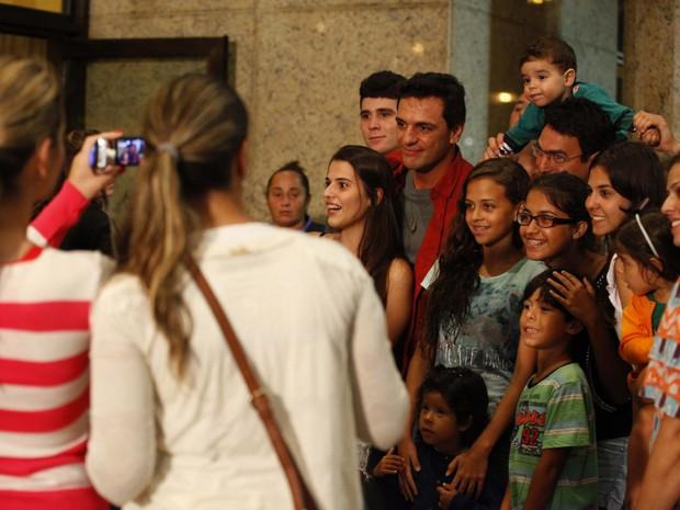 Rodrigo Lombardi fez questão de tirar fotos com os fãs (Foto: Salve Jorge/TV Globo)