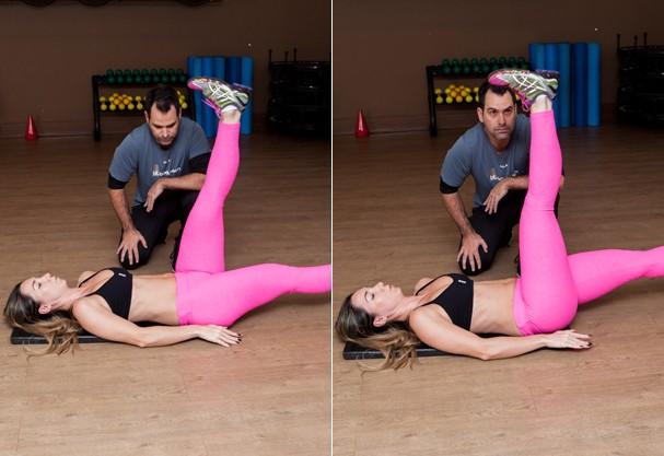 Abdominal infra alternado (10 repetições de cada perna) (Foto: Larissa Felsen)