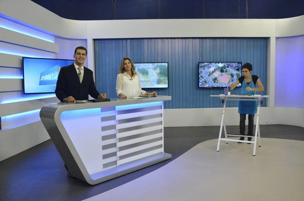Fernando Sodake e Silvana Freire com a desenhista (Foto: Eli Cruz)