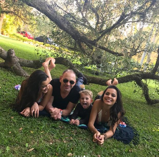 Emilly e Mayla Araújo posam com a família (Foto: Reprodução/Instagram)