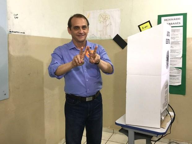 Wilson Santos (PSDB) é o primeiro candidato a prefeito de Cuiabá a votar neste domingo. Ele votou na Escola Estadual Antônio Pinho Maciel Epaminondas, no Bairro Baú.  (Foto: Thainá Paz/ G1)