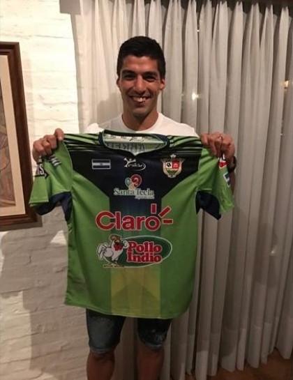 Luis Suárez recebe camisa de Loco Abreu do Santa Tecla