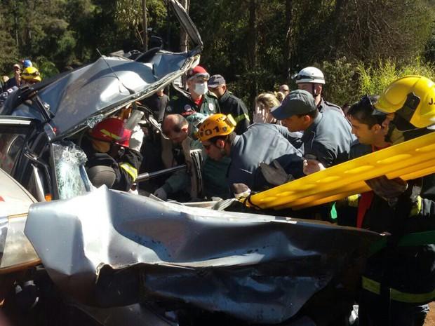 Equipe de resgate atende passageiros após acidente, na BR-356. (Foto: Camilo Júnior/ Arquivo Pessoal)