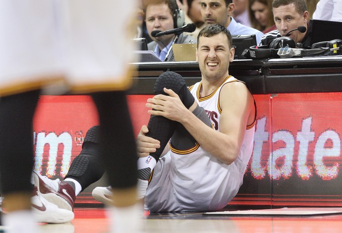 Andrew Bogut machucado estreia Cleveland Cavaliers NBA (Foto: Reuters)