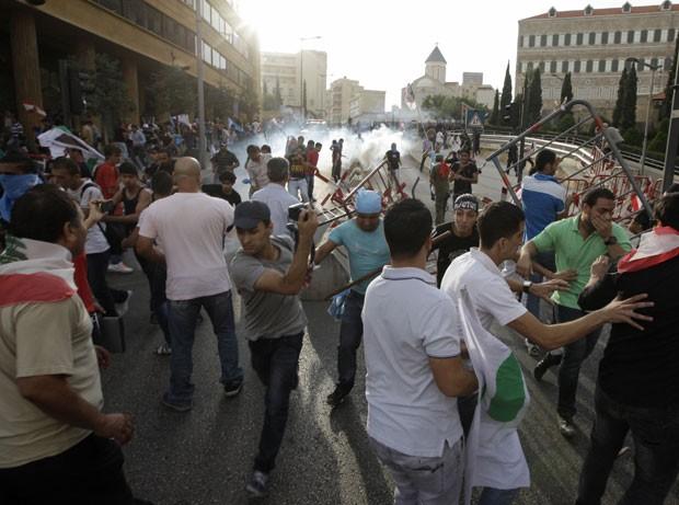Segundo a Reuters, bombas de gás lacrimogêneo foram lançadas contra os manifestantes neste domingo (Foto: Jamal Saidi/Reuters)