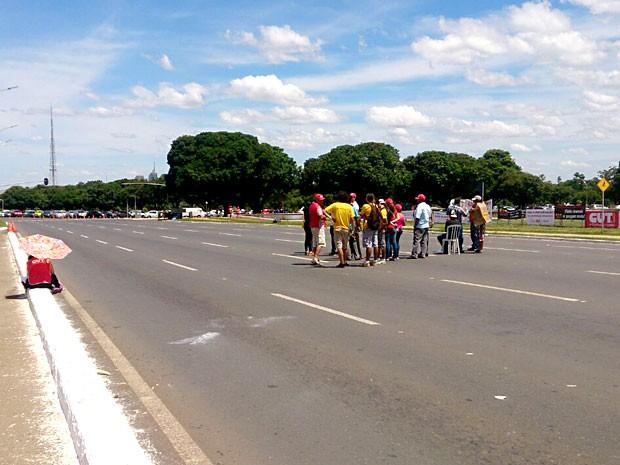 Grupo de servidores durante manifestação por salários no Eixo Monumental (Foto: Mateus Rodrigues/G1)