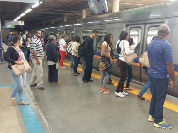 Passageiros embarcam em trem do Metrô do DF (Foto: Isabella Calzolari/G1)