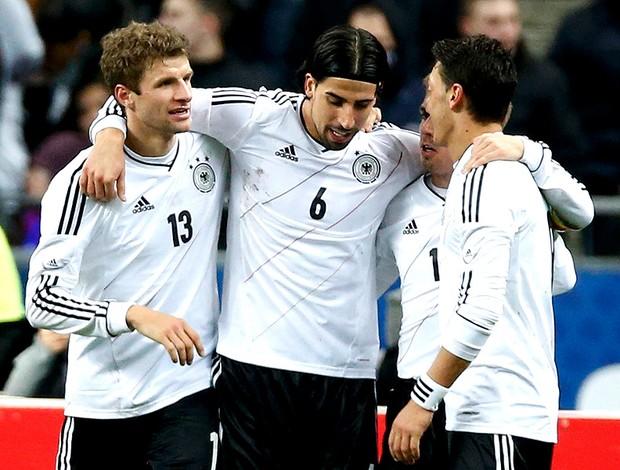 Khedira, Ozil e Muller comemoram gol da Alemanha  (Foto: Reuters)