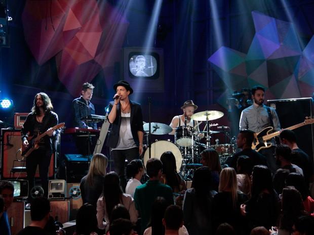NX Zero toca o seu novo sucesso durante a gravação do Altas Horas (Foto: Marcos Mazini/Gshow)