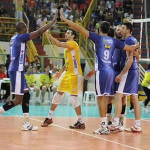 Jogadores comemoram a primeira vitória (Foto: Fredson Souza/MCV)
