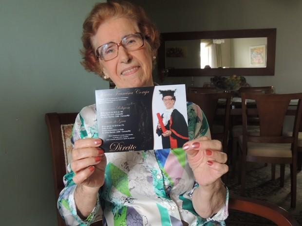 Aos 86 anos, Maria Francisca Coruja exibe com orgulho o convite de formatura (Foto: Rafaella Fraga/G1)