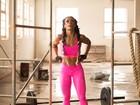 Sue Lasmar exibe músculos em fotos para campanha