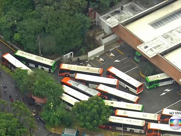 Motoristas começam a liberar saída do Terminal de ônibus da Lapa (Foto: TV Globo/Reprodução)