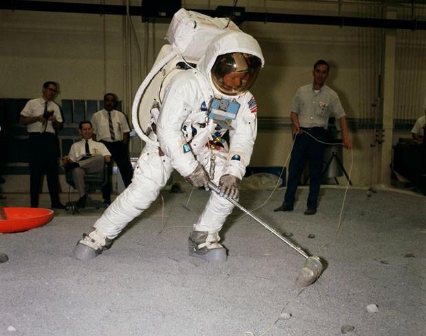 Neil A. Armstrong treina enquanto é observados por técnicos da Nasa (Foto: Arquivo/Nasa)