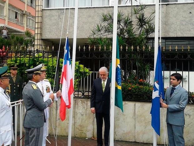 Governador Jaques Wagner e prefeito ACM Neto participam do hasteamento da bandeira em Salvador (Foto: Danutta Rodrigues/ G1)
