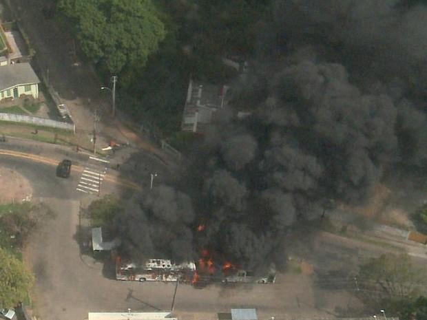 ônibus pega fogo em Porto Alegre no Morro Santa tereza (Foto: Reprodução/RBS TV)