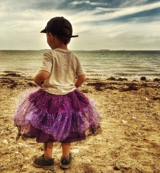 Roo, na praia, com uma brilhante saia de tule (Foto: Reprodução/ Facebook)