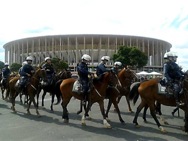 Batalhão da Polícia Montada da PM passa em frente ao Estádio Nacional Mané Garrincha, em Brasília (Foto: Lucas Nanini/G1)