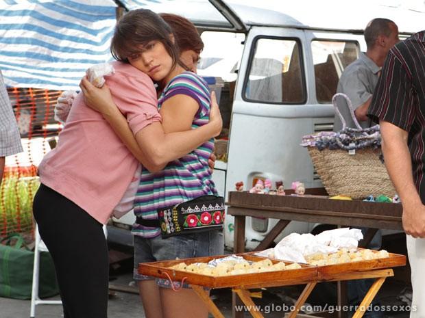 Carolina é a cara da derrota vendendo canudinhos de coco (Foto: Guerra dos Sexos / TV Globo)
