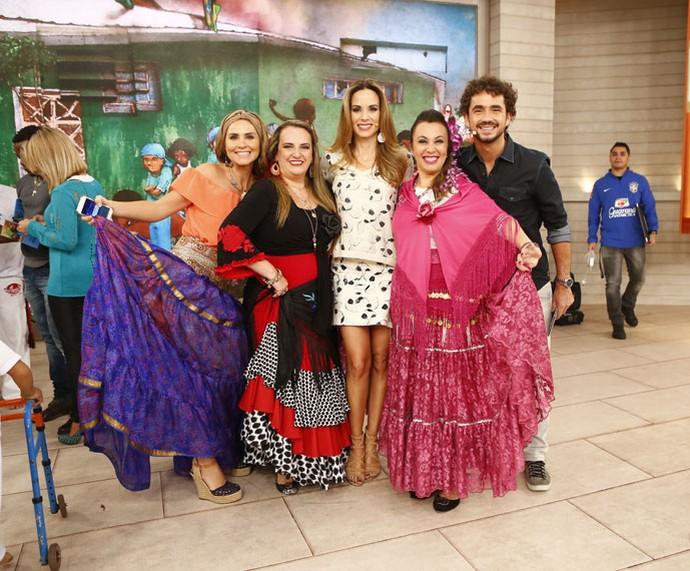 A repórter Juliana Sana, os ciganos convidados e os apresentadores  (Foto: Fábio Rocha/Gshow)