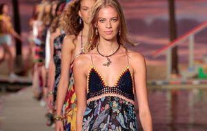 Vestidos longos com toque anos 70 são tendência nas passarelas internacionais