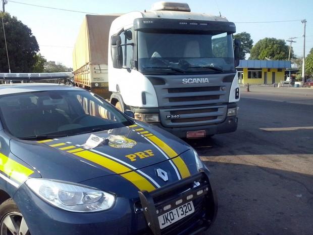 Motorista de carreta que transportava arroz foi flagrado embriagado na BR-153 (Foto: Divulgação/ PRF-TO)