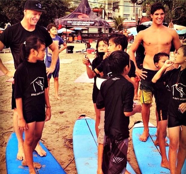 Mick Fanning e Gabriel Medina surfam com crianças na Indonésia (Foto: Reprodução)