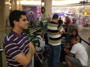 Fila para comprar novos iPhones no Shopping Eldorado, na Zona Oeste de São Paulo (Foto: Helton Simões Gomes/G1)