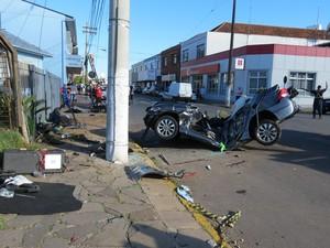 Diversas partes do carro ficaram espalhadas pela via (Foto: Altamir Oliveira / Rádio Estação FM)