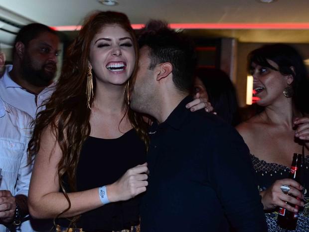 Ex-BBB Amanda Gontijo beija Vinicius Vieira em festa em São Paulo (Foto: Leo Franco/ Ag. News)