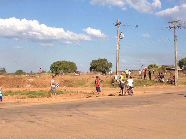 No final da rua Mamoré e possível ver adultos e crianças usando o espaço para empinar pipa. (Foto: Hosana Morais)